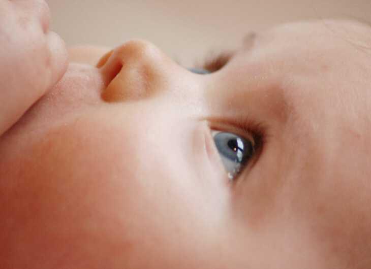 кормление ребенка грудью во свне