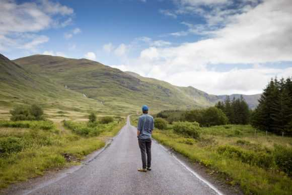 мужчина смотрит на дорогу